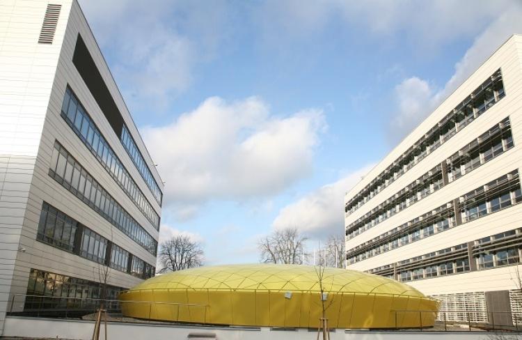 VZ1217_04-05_Nový univerzitní kopmplex, uprostřed kupole střechy hlavního sálu. Foto - UTB