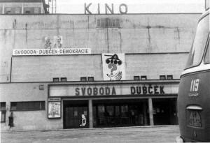 VZ0818_04_Okupanty vítaly plakáty a napisy na zdech, výlohách, trolejbusech. Tady například na fasádě Velkého kina. Foto zlin.eu